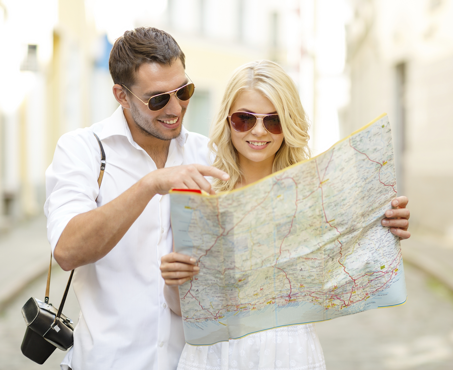 tourists-looking-at-map